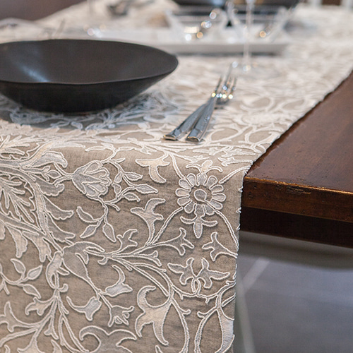 MORRIS & CO. Natural Damask_Table Runner 모리스 테이블 러너(자수)